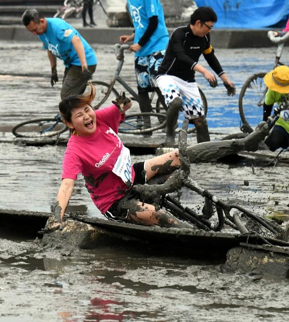 滿身泥的「潟林匹克運動會」 佐賀‧有明海趣味登場(影片)