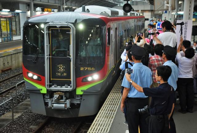 JR四國新特快2700系上路 體貼外籍客備有插座與行李區