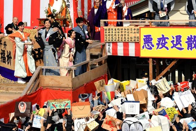戶田惠梨香等人參加節分祭 登台撒豆祈求「瘟疫退散」