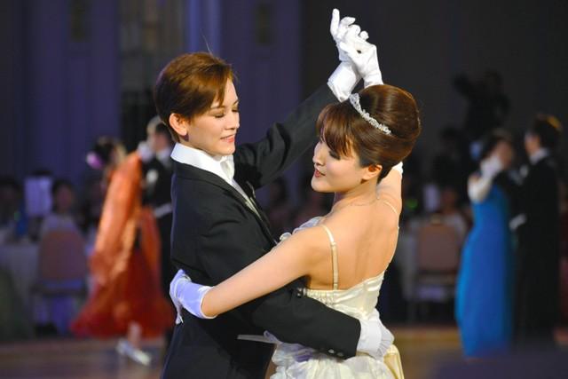 180名女粉絲與前男角翩翩起舞 「寶塚大舞會」夢幻登場