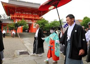 京都祇園祭揭開序幕 稚兒等人參拜八坂神社求順利(影片)