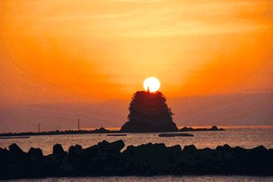高知·久禮灣出現「蠟燭朝陽」 神秘光景吸引攝影愛好者(影片)