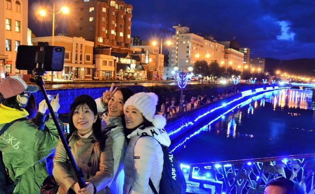 北海道小樽運河閃耀藍色光輝 冬季點燈活動開跑
