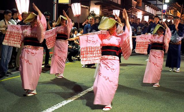 富山市「歐瓦拉風之盆」前夜祭 隨著哀愁樂聲跳舞行進