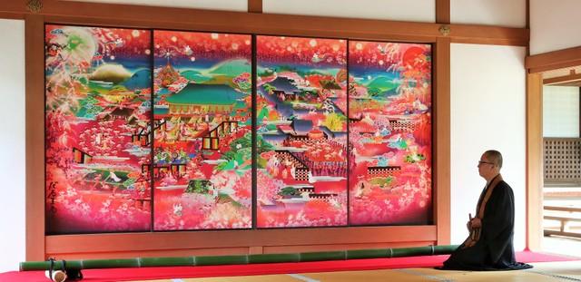 小野小町傳說流傳京都·隨心院 隔扇畫色彩鮮艷