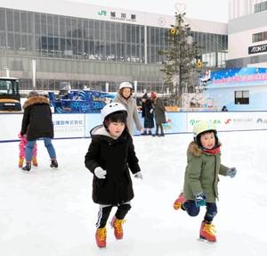 北海道JR旭川站前登場 免費天然滑冰場限期開放(影片)