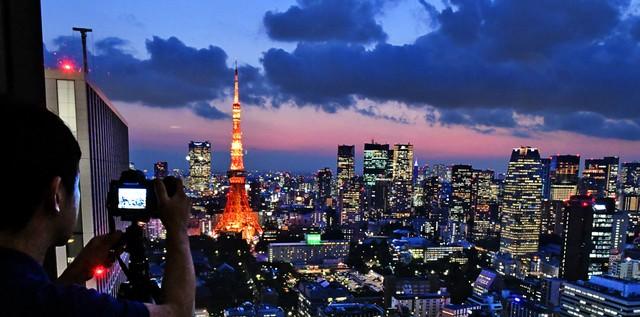 喀嚓捕捉夕陽交織東京鐵塔景致 人氣瞭望台將成絕響?