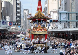 京都・祇園祭前祭山鉾巡行 「活動美術館」令觀眾看入迷(影片)
