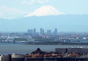 覆雪的富士山清晰可見 與休園中的迪士尼海洋相映(影片)