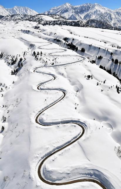 立山黑部告別冬季 阿爾卑斯山脈路線鏟雪作業進行中