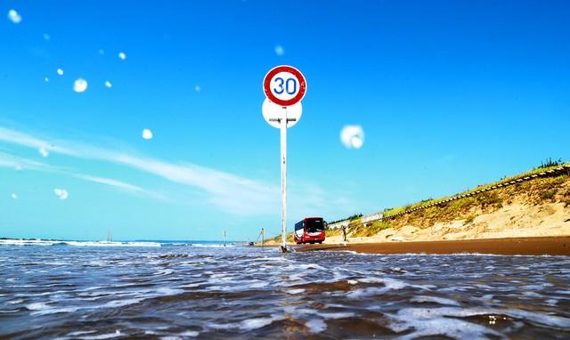 石川‧國內唯一車輛可行駛沙灘 交通標誌醒目佇立海岸邊