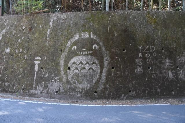 山路旁的龍貓、無臉男… 「青苔」塗鴉大師是何方神聖?