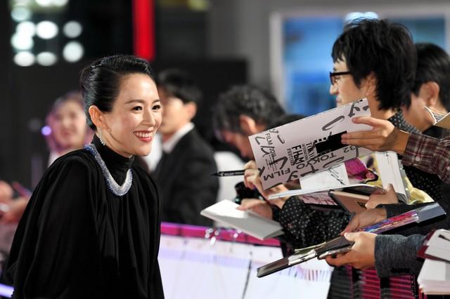 東京國際影展開幕 評審委員長章子怡等人現身紅毯