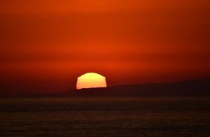 呈現稜角狀的變形太陽 沉入北海道・奥尻島(影片)