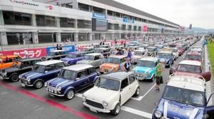 賽道上車陣綿延不絕 英國車「MINI」60週年紀念遊行(影片)