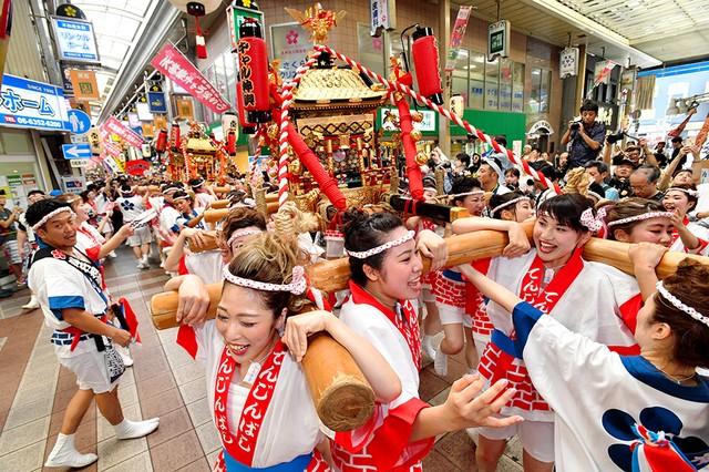 大阪天神祭「女子抬神轎」 80人身穿傳統服飾抬轎遊行