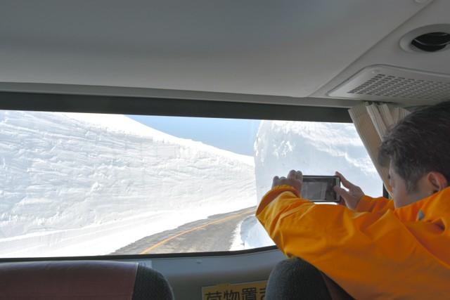立山黑部阿爾卑斯山脈路線全線開通 車內眺望綿延雪壁美景