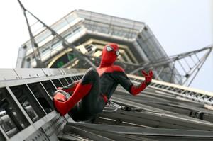 「蜘蛛人」現身大阪‧通天閣 路過行人驚呼連連(影片)