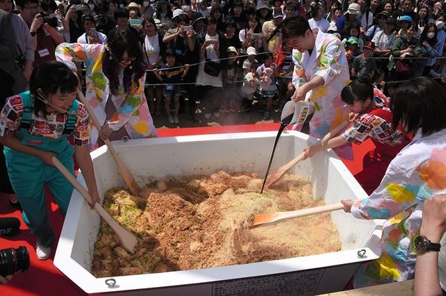 超∞超大碗日式速食炒麵登場 比正常大1500倍創金氏紀錄