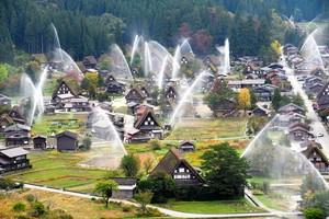 拱形水柱包圍合掌造聚落 白川鄉舉行一同放水訓練(影片)