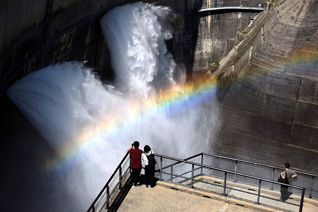 立山‧黑部水庫展開觀光洩洪 陽光照射深谷出現彩虹美景
