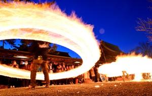 焰圈飛舞祈求豐收 熊本‧阿蘇神社「撒火祭神儀式」(影片)