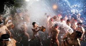 群馬・奇祭「潑湯祭」高呼慶祝 零下7度只穿兜襠布(影片)