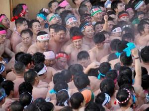 愛知・傳統奇祭「裸祭」 8000名裸男激烈推擠除厄運(影片)