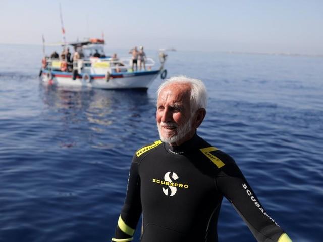 9月1日、第二次大戦の退役軍人である95歳の英国人男性が、キプロス沖で沈没船見学のため潜水し、スキューバダイビング世界最高齢の自己記録を更新した(2018年 ロイター/Yiannis Kourtoglou)