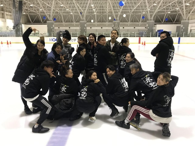 「氷艶」の合宿にて。前列左から3番目が村元選手、右隣は高橋大輔選手