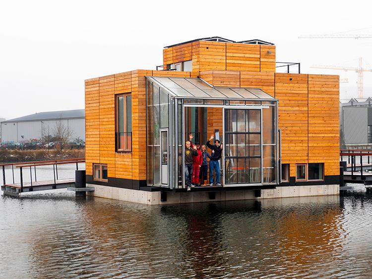 温暖化で海水面が上昇しても安全な、アムステルダム郊外に浮かぶ水上住宅。マルクス・シュミット(52)とイヴォンヌ・ファン・サルク(49)、2人の子どもが3月から暮らし始める=川上真氏撮影