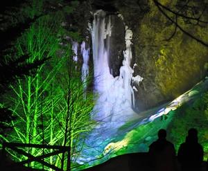 岐阜·平湯大瀑布結冰點燈 不畏暖冬營造出夢幻光景