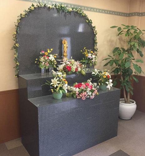 ペット葬儀の祭壇(日本ペットセレモ提供)