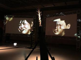 イム・ミヌク《ニュースの終焉》2019(筆者撮影)二つのスクリーンに韓国と北朝鮮を代表するかつてのリーダー朴正煕(パク・チョンヒ)元大統領と金正日(キム・ジョンイル)元総書記の葬儀の様子が映し出される。嘆き悲しむ人々の類似性、それを報道するメディアのあり方について考えさせられる。