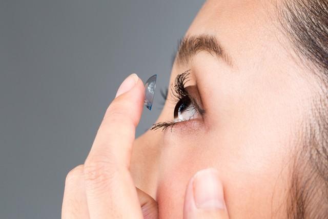 コンタクトレンズをつけて、寝ている間に視力矯正ができるといいます=写真はイメージです(kei907/stock.adobe.com)