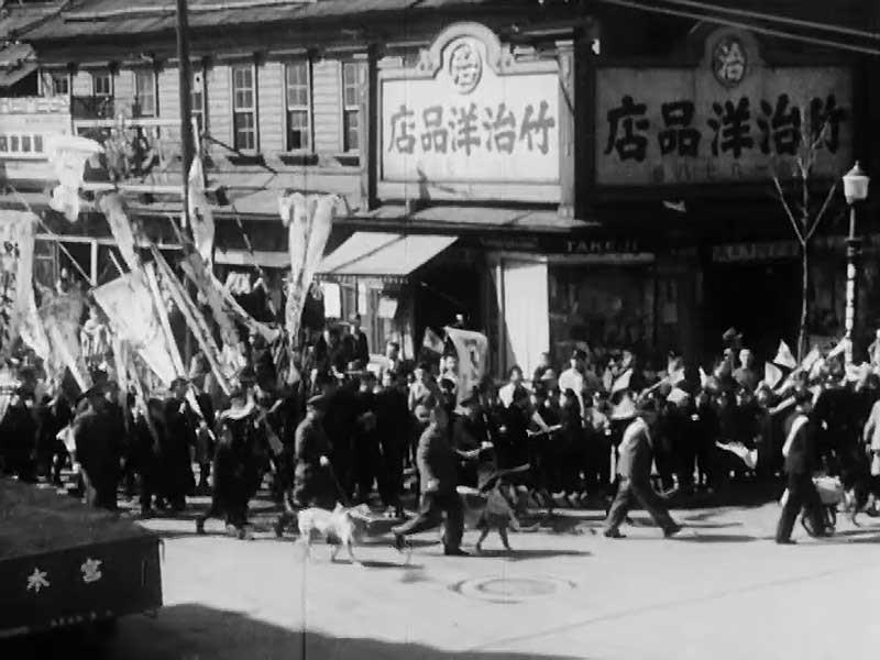 小樽駅に向けて行進する軍用犬たち=アサヒコドモグラフ「軍用犬の出征」から