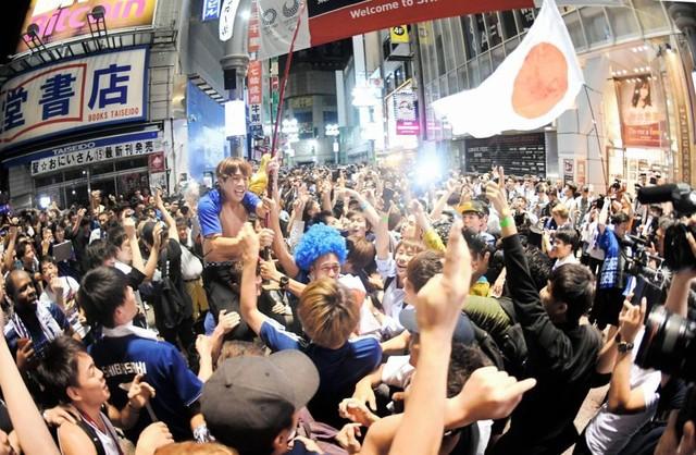 渋谷スクランブル交差点に集まる人の実態とは 若者はベテラン支持 ...