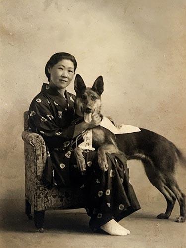 戦前に札幌の写真館で撮影された、故江上シゲヲさんと軍用犬アルマ号の写真=岩井綾子さん提供