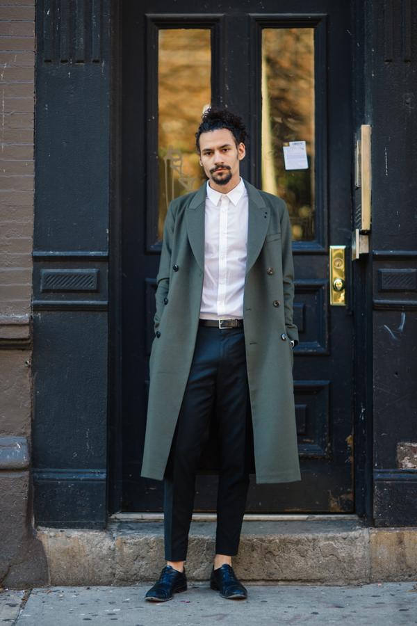 職業:Hugo Boss勤務ファッションブランドの\u003cヒューゴ ボス\u003eで働く彼は、全身ヒューゴ  ボスのアイテムでそろえている。シャツはタックインして、足首の見える半端丈の
