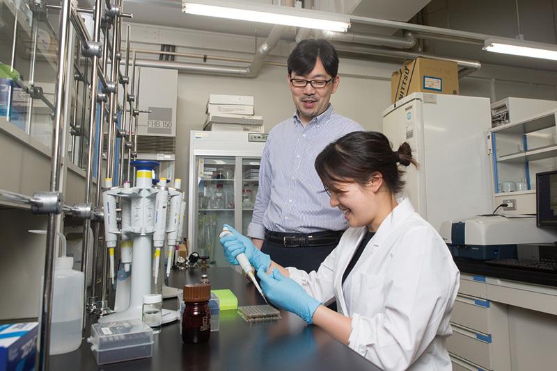 小松教授の研究室で日々取り組まれている人工血液の研究開発