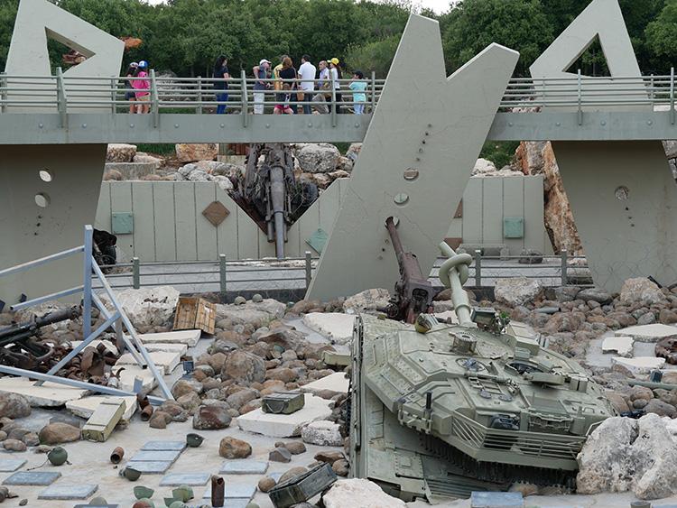 テーマパークに敵軍の戦車、人道支援で「良き隣人」アピール……中東、宣伝戦の最前線を歩く
