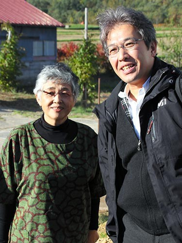 岩井綾子さん(左)方を訪ねた水野宗徳さん。「北海道は広いので、アルマ号もきっと全速力で思いっきり走れたことでしょう」