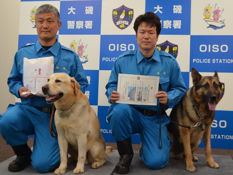 担当警察官とともに表彰されたシロ号(左)とイロルト号