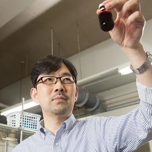 人工血液の実用化を目指す中央大の小松晃之教授=中央大の研究室