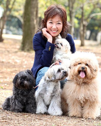 浅田美代子さんと愛犬。左からダイア、与作、COO(クー)、抱っこされているのがアヴィ
